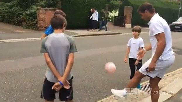 Leva jeito? Rafael Nadal mostra habilidade com embaixadinhas com crianças em Londres