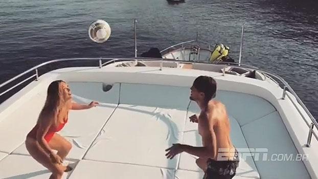 Que entrosamento! De férias, meia do Real Madrid se diverte na 'altinha' com esposa