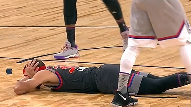 Stephen Curry vai ao chão para não interromper jogada de Antetokounmpo