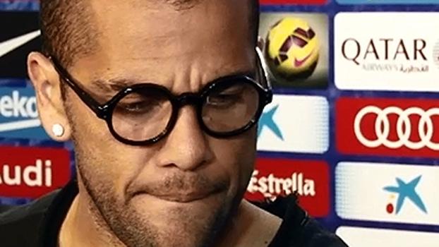 Após derrota, Dani Alves avalia desempenho do Barça: 'Jogo raro; não estamos aqui para lamentações'