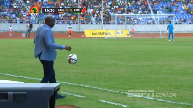 Técnico da Zâmbia domina bola, esbanja habilidade com embaixadinhas, tropeça e vai para o chão