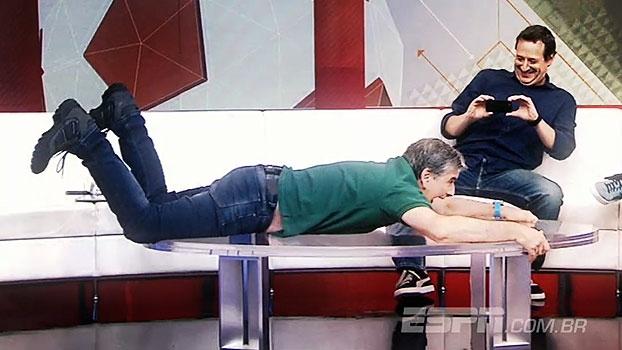Sem férias? 'Bate Bola na Veia' leva João Canalha para a praia e apresentador 'cai na água'