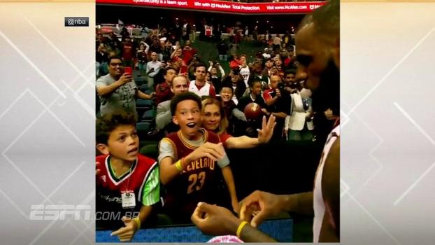 LeBron James dá pulseira para criança, leva fã mirim à loucura e até tira selfie com torcedor do time adversário