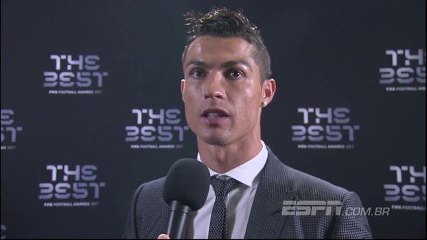 Cristiano Ronaldo comemora 5º prêmio de melhor do mundo: 'Me dá motivação para poder continuar'