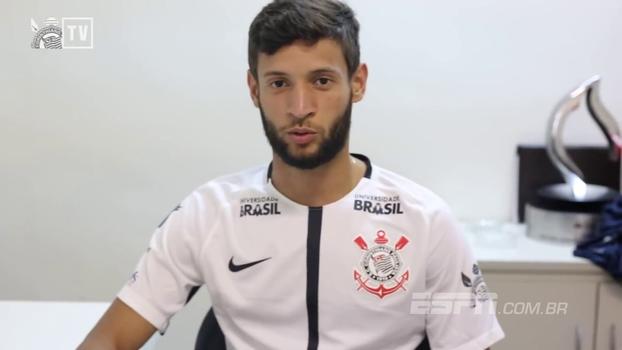 Juninho Capixaba assina com o Corinthians e veste a camisa: 'Maior do Brasil'