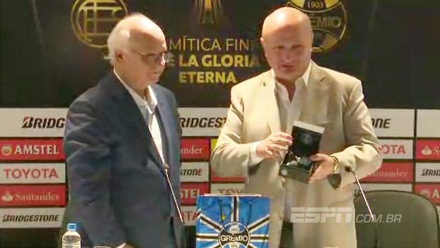 Após troca de elogios, Romildo Bolzan presenteia presidente do Lanús com produtos do Grêmio