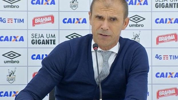 Mendes é surpreendido por repórter com a informação de que o Vasco tem a pior defesa