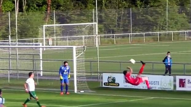 Não pode ser: jogador manda bicicleta e faz o gol contra mais bonito da história