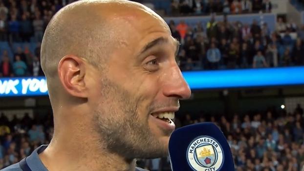 Saudado pela torcida, Zabaleta se despede do Manchester City