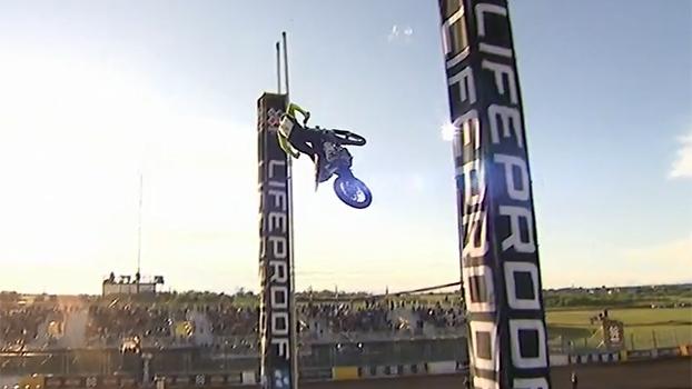 Tombos, atletas varrendo areia e belos saltos: Libor Podmol e Jarryd McNeil dividem o ouro no Moto X Step Up