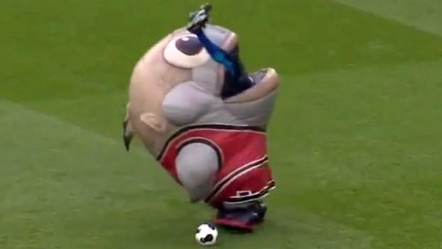 Mascote 'engole' homem em intervalo de jogo na Inglaterra