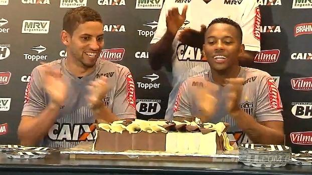 Robinho e Gabriel cantam parabéns para o Atlético-MG, que faz 109 anos