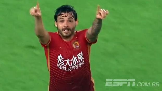 Com gol de Ricardo Goulart, time de Felipão empata e segue líder no Chinês