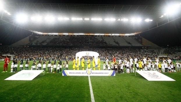 Corinthians esquece a própria faixa de campeão e frustra homenagem à Chapecoense