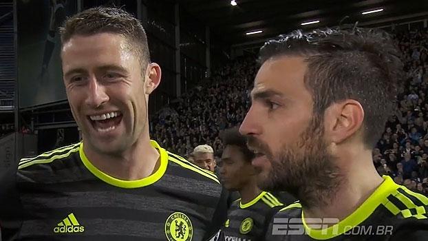 Cahill e Fabregas comemoram título e espanhol não segura palavrão: 'Futebol é f...'