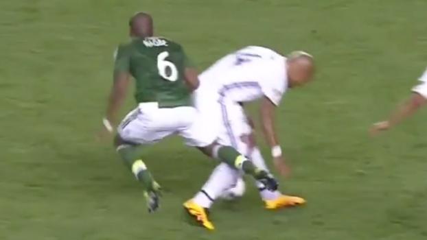 De Jong destrói tornozelo de adversário na MLS, que sai de cadeira de rodas do estádio