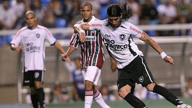 Em jogaço com gols de Fred e Loco Abreu, Botafogo levou a melhor e venceu o Flu em 2010