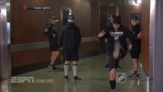 Que beleza! Fazendo embaixadinha nos vestiários, jogadores do LA Kings, da NHL, destroem pedaço do teto