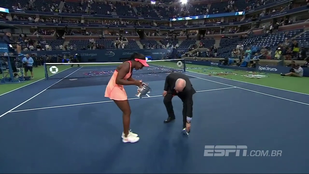 Deu ruim! Comemorando título do US Open, Stephens se descuida e derruba parte do troféu