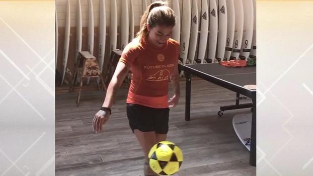 Campeã no surfe, Silvana Lima também tira onda com a bola no pé: 'Cuidado, hein, Marta!'