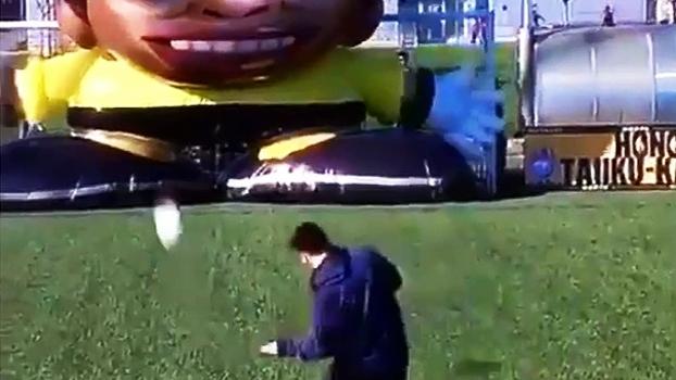 Messi é desafiado a fazer gol em goleiro gigante e inflável
