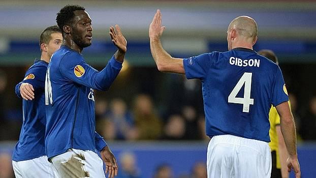 Howard falha, mas Everton se recupera, vira, e vai às oitavas da Liga Europa