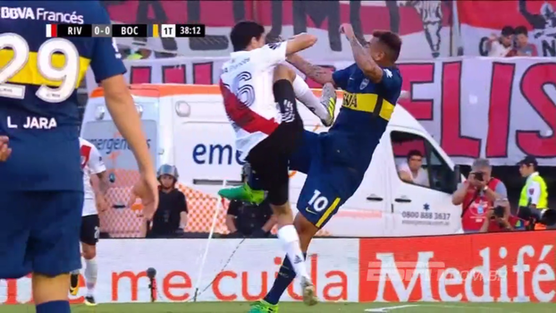 No clássico argentino, meia do River é expulso após acertar 'voadora' no peito de jogador do Boca