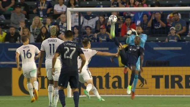 Na MLS, jogador faz acrobacia incrível, consegue encobrir goleiro e faz golaço