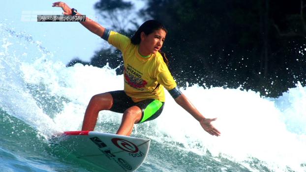 Com apenas 12 anos, ela já é campeã brasileira de surfe e dá show de simpatia e maturidade; conheça a irmã de Gabriel Medina