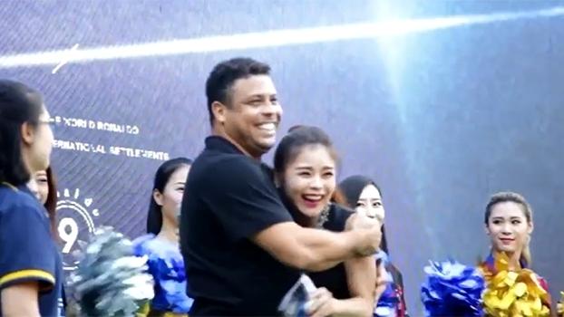 Com direito a festa, Ronaldo Fenômeno inaugura academias de futebol na China