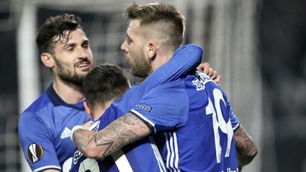 Com gol de Huntelaar, Schalke passa fácil pelo PAOK e põe quase duas mãos na vaga
