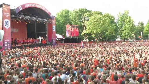 Multidão faz festa para seleção feminina da Holanda, campeã da  Eurocopa pela primeira vez