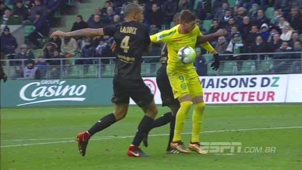 St. Etienne abre com chutaço do meio da rua e Nantes empata com gol de mais sorte da história