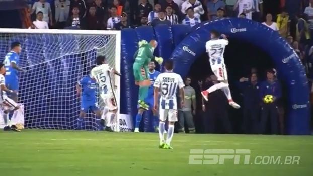 Com 1,72m de altura e 44 anos, goleiro do Pachuca faz gol salvador nos acréscimos no Mexicano; veja