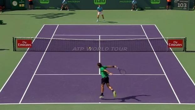 Efeito insano de Federer deixa adversário estático em quadra; veja