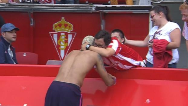 Neymar dá sua camisa a torcedor rival cadeirante e ganha abraço de fã com síndrome de down