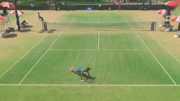 Mania ou pagando aposta? Veja o que a tenista japonesa Rika Fujiwara faz durante os jogos