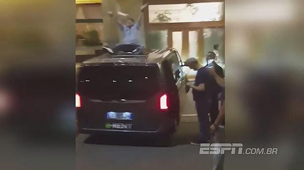 Em cima de um carro, Maradona comemora a cidadania honorária de Nápoles