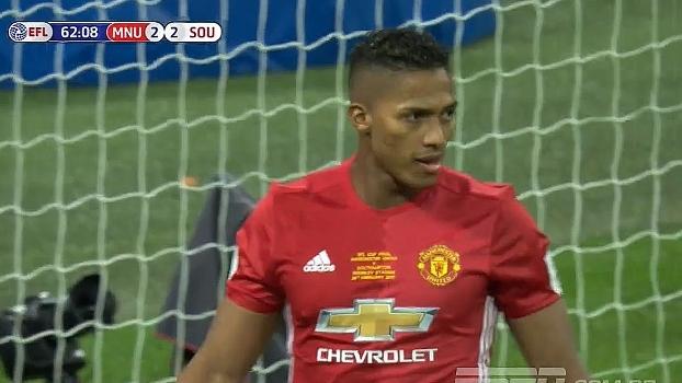 Pressão no United! Cédric tenta cruzamento venenoso para Bertrand e Valencia afasta
