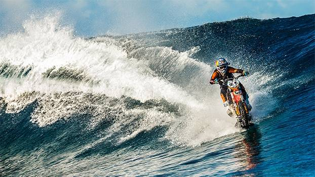Motociclista ou surfista? No Taiti, australiano pega onda em cima de uma motocicleta