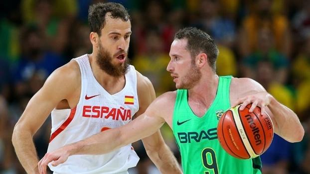 Brasil supera Espanha nos segundos finais e vence 1ª no basquete