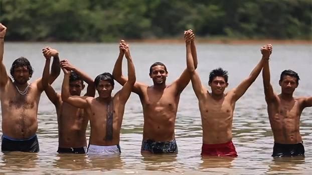 Junto do campeão mundial Allan do Carmo, indígenas se preparam para as provas de natação e canoagem dos Jogos Mundiais