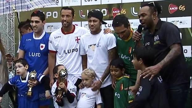 Na Praia Grande, Instituto Neymar Jr. recebe a 3ª Bota do Mundo e tem o anfitrião na entrega dos troféus