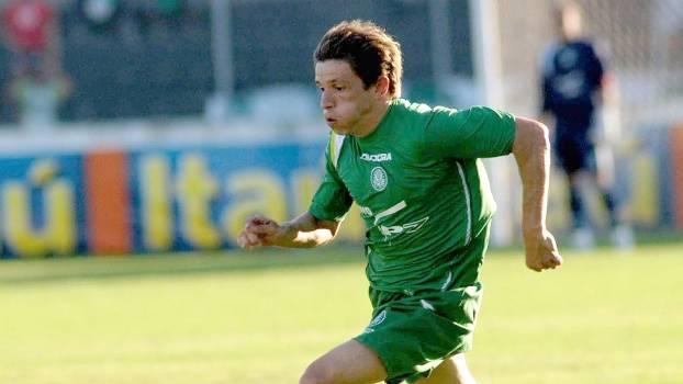 Passe de calcanhar, golaço de fora da área e gol de Juninho Paulista; Palmeiras atropelou a Ponte em 2005
