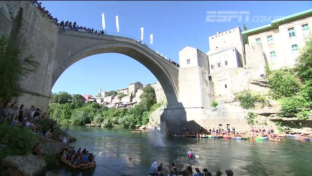 Na Bósnia e Herzegovina, ponte famosa recebe competição de saltos