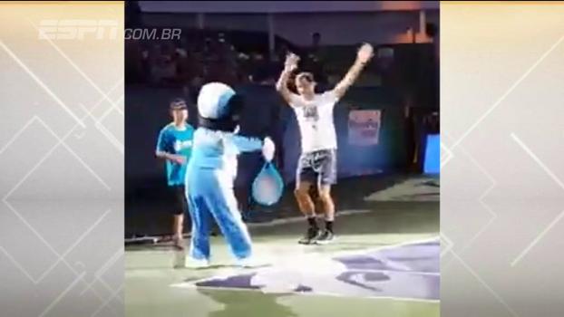 Roger Federer dança com Mickey Mouse em encontro bem-humorado em Shanghai