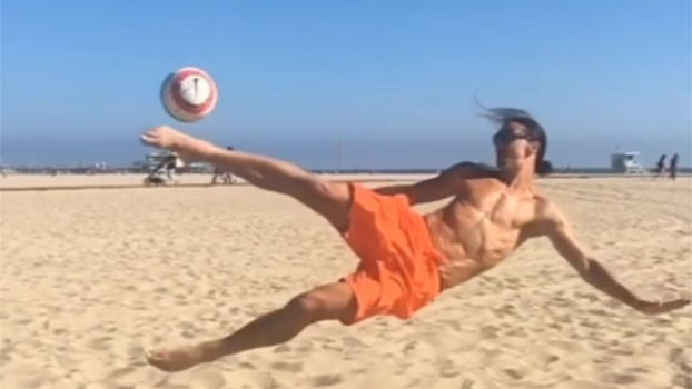 De férias na Califórnia, Ibrahimovic mostra que não esquece o futebol