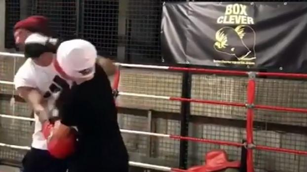 David Beckham 'desafia' o filho em ringue de boxe
