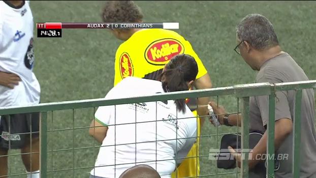Showbol: Oscar Roberto Godói leva chutaço no bumbum, não suporta as dores e pede atendimento