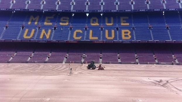 Veja imagens da reforma do gramado do Camp Nou